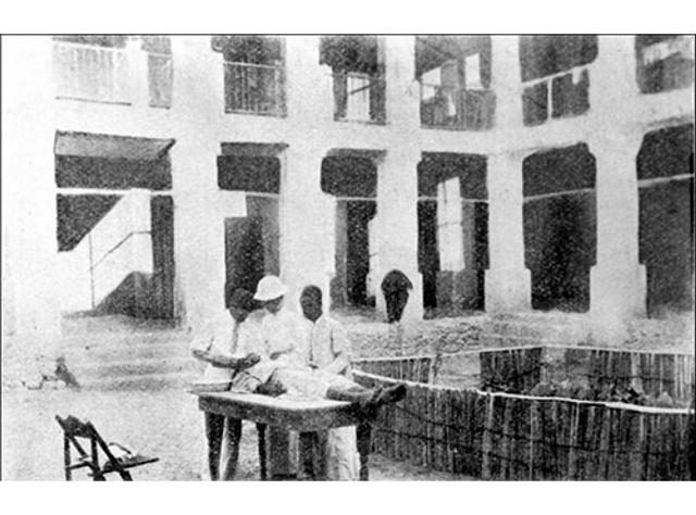 إحدى العمليات في مبنى الإرسالية (1900م)