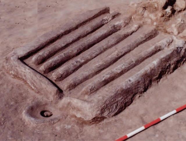 المدْبَسَة التي عُثر عليها في القرية الإسلامية في عالي (Sasaki rt. 2011)