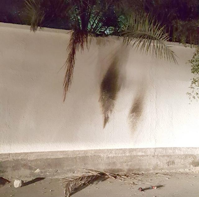 صورة عممتها «التربية» لتضرر سور مدرسة كرزكان جراء الاعتداء بـ «المولوتوف»