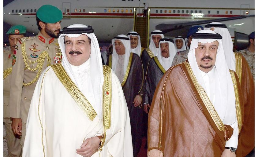 عاهل البلاد لدى وصوله إلى المملكة العربية السعودية أمس