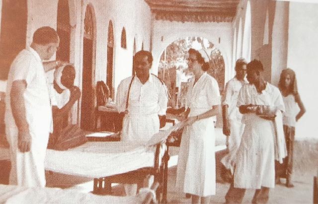 الطبيب ستورم يعاين أحد المرضى العام 1954م