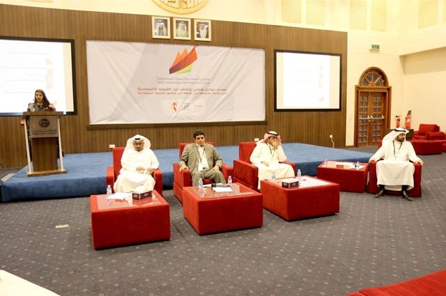 الجلسة الأولى يتحدث فيها: عبدالواحد قراطة، جعفر الصايغ، إبراهيم بوهزاع - تصوير : أحمد آل حيدر