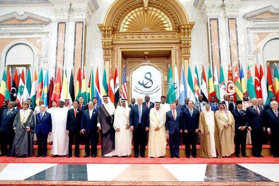 الرئيس الأميركي وقادة<br />الدول الإسلامية في صورة<br />جماعية خلال القمة العربية<br />الإسلامية الأميركية في<br />الرياض - reuters