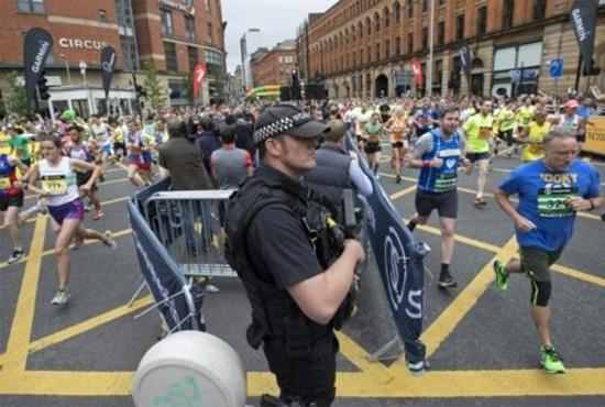 شرطي بريطاني يقف حارسا مع بدء السباق الكبير في مانشستر