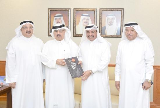 عبدالعزيز الأحمد يسلم الدعم إلى مبارك الحادي