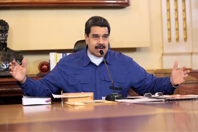 فنزويلا-  ذكر رئيس فنزويلا المحاصر بالمشكلات نيكولاس مادورو في تغريدة له على موقع التواصل الاجتماعي «تويتر » أنه يسعى لإجراء استفتاء بشأن دستور جديد، فيما تتواصل مظاهرات عنيفة ضد حكومته. وقال مادورو مساء أمس الأول )الخميس( «سيتم طرح الدستور الجديد على الشعب في تصويت .» ورفضت المعارضة اقتراحه، الذي أثار حتى انتقادات من جانب أعضاء من حزبه الاشتراكي. وقالت المدعي العام لويزا أورتيجا إن هناك حاجة أولاً لإجراء استفتاء بشأن ما إذا كان سيتم الدعوة لجمعية دستورية أم لا.