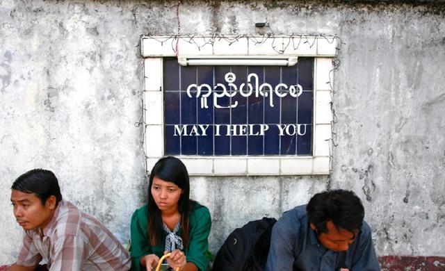 ميانمار- احتجزت السلطات في ميانمار رئيس تحرير وكاتب عمود في صحيفة «ذا فوايس ديلي» أمس (الجمعة) بموجب تهمة التشهير المثيرة للجدل من قانون الاتصالات. واحتج الصحافيون في ميانمار أمام مركز شرطة باهان عن الصحافيين المحتجزين في يانغون. - AFp