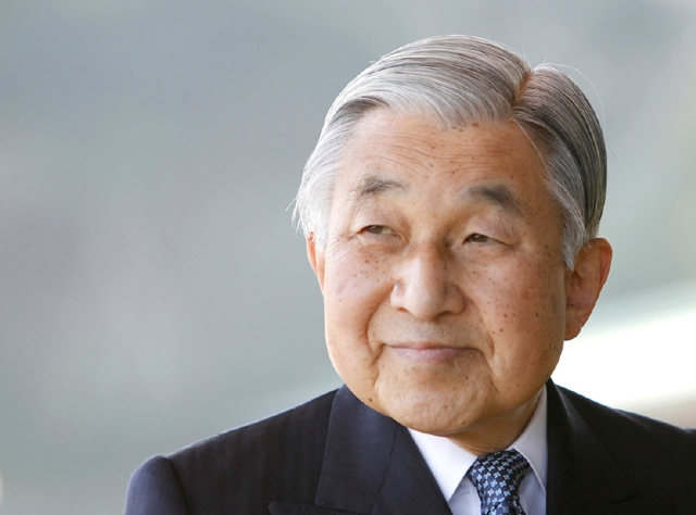 اليابان- اقترب إمبراطور اليابان أكيهيتو أمس الجمعة (2 يونيو/ حزيران 2017) خطوة أخرى من التنازل عن العرش بعد أن وافق مجلس النواب على مشروع قانون يمهد الطريق للتنازل الذي سيكون الأول من نوعه منذ قرابة 200 عام. وقال أكيهيتو (83 عاماً) في تصريحات علنية نادرة العام الماضي إنه يخشى أن يصعّب تقدمه في العمر عليه أداء واجباته. وأقر مجلس النواب مشروع القانون بأغلبية كبيرة وسيحال بعد ذلك إلى مجلس المستشارين على أمل إقراره قبل انتهاء الدورة البرلمانية الحالية خلال بضعة أسابيع. - REUTERS