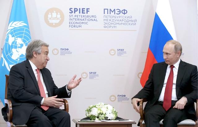 بوتين خلال اجتماعه مع غوتيريس خلال المنتدى الاقتصادي الدولي في سانت بطرسبرغ أمس  - REUTERS