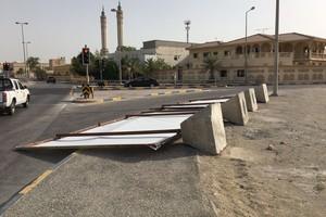 البحرين : بالفيديو... سقوط لوحات إعلانية في أحد شوارع مدينة عيسى