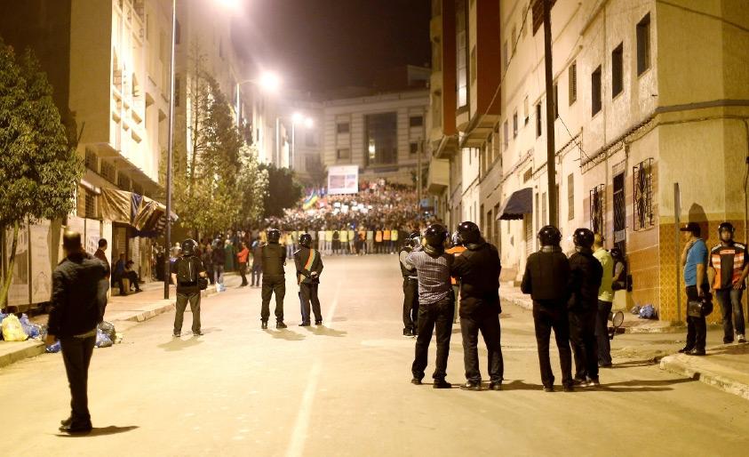 شرطة مكافحة الشغب تحاصر المتظاهرين في مدينة الحسيمة المغربية - REUTERS