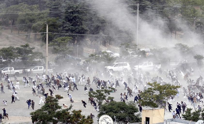 المئات من الأفغان يفرون بعد انفجار خلال جنازة أحد ضحايا الاحتجاجات في كابول - EPA
