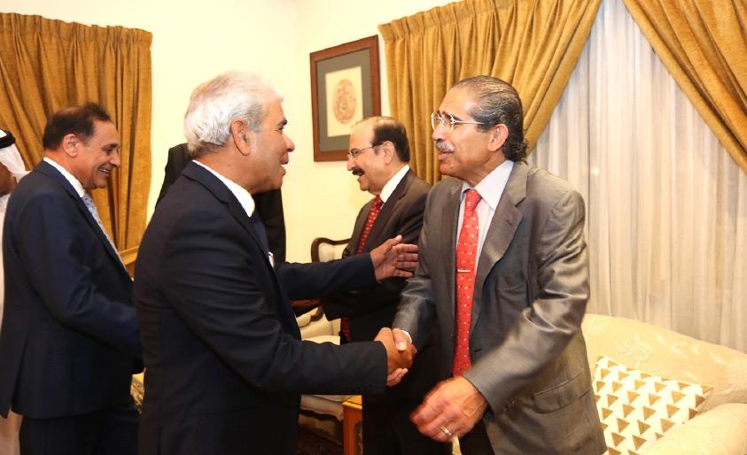الاقتصاد كان له حظ وفير في نقاشات الحضور بمجلس فيصل جواد - تصوير أحمد ال حيدر