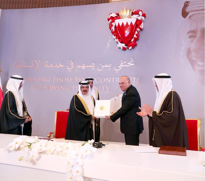 جلالة الملك لدى تسليمه جائزة عيسى لخدمة الإنسانية لمؤسسة مستشفى سرطان الأطفال بمصر