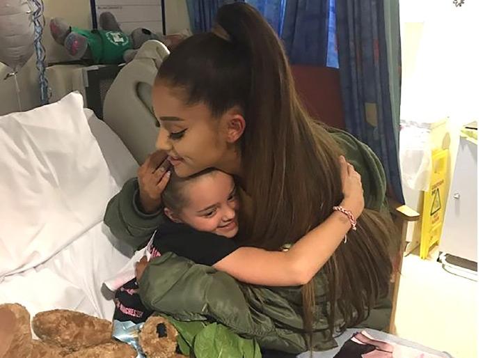 أريانا خلال زيارتها للمصابين